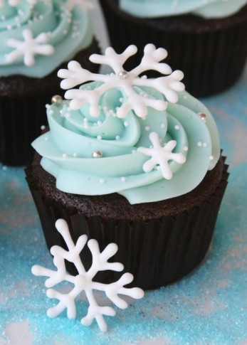 Snowflake-Cupcakes-Blue-Frosting-by-Glorious-Treats.jpg